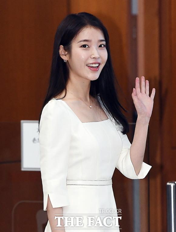 가수 아이유가 31일 대한간호협회에 아이스조끼를 기증했다. /이동률 기자