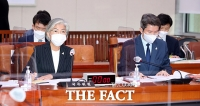 [TF사진관] 외통위 전체회의 출석한 강경화 장관과 이인영 장관
