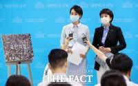 [TF사진관] '국민의 힘' 설명하는 김수민 미래통합당 홍보본부장