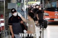 [TF사진관] 신정락 접촉 전원 '음성', 잠실구장 도착한 한화 선수들