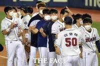 [TF사진관] 두산, 'NO터치로 나누는 승리의 기쁨'