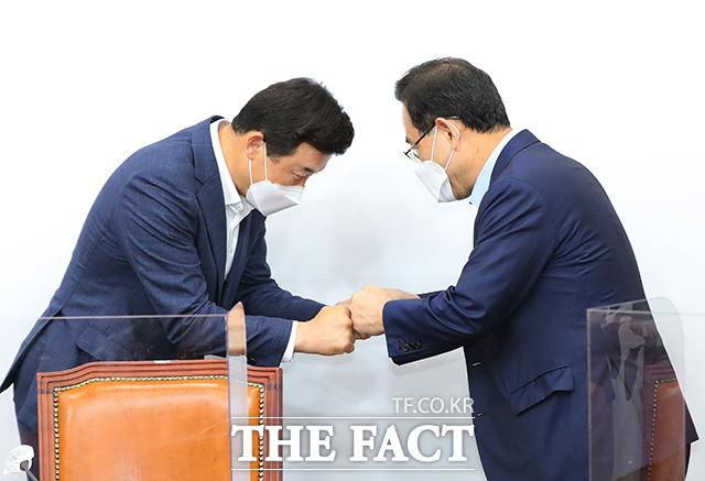 특위 위원장인 윤영석 의원(왼쪽)과 인사하는 주호영 미래통합당 원내대표
