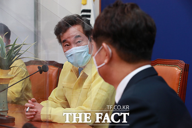 대화하는 이낙연 대표(왼쪽) 최재성 정무수석