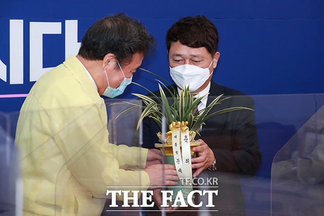 문재인 대통령의 보낸 난을 전달하는 최재성 청와대 정무수석(오른쪽)