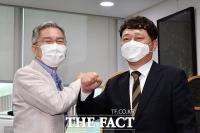 [TF포토] 인사하는 최강욱 대표와 최재성 청와대 정무수석
