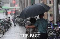 [TF포토] '우산속에서 나누는 온정'