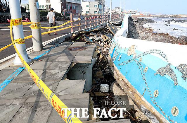 3일 오전 제주시 내도동 인근 해안도로 옆 인도가 월파 피해를 입어 파손돼 있다.