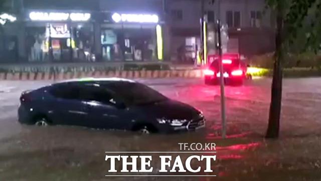 2일 저녁 제9호 태풍 '마이삭'의 영향을 받은 강원 속초시 일대에서 차량들이 불어난 물에 침수돼있다. /해당 영상 갈무리