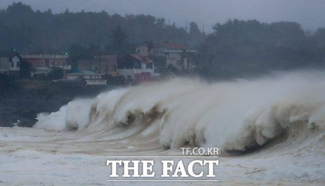 2일 오후 제주 서귀포시 표선면 토산2리 앞바다에 커다란 파도가 몰아 치고 있다.