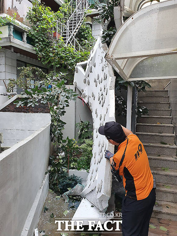 3일 서울 동대문구 전농동에 위치한 한 주택에서 건물벽이 무너져 내려 소방대원이 안전조치를 하고 있다.