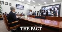 [TF포토] 온라인 화상회의 시스템으로 기자회견 갖는 김종인 비대위원장