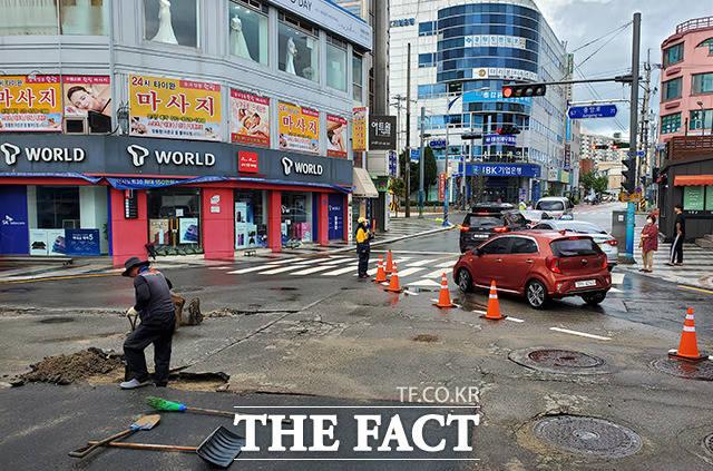 속초 시내, 갈라진 도로를 통제하는 관계자들
