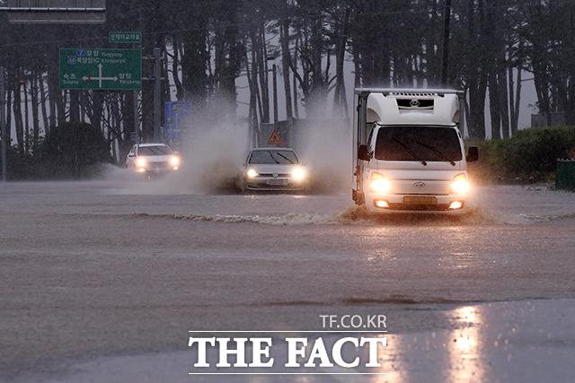 속초시 대포동 인근 물에 잠긴 도로