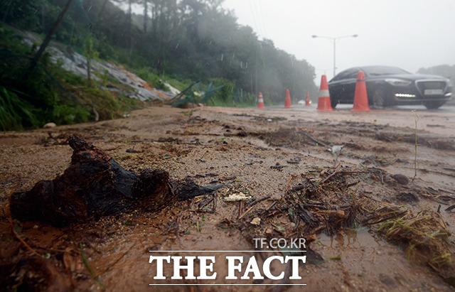 도로가 진흙으로 가득