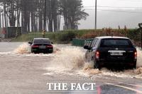 [TF포토] 물에 잠긴 도로 달리는 차량