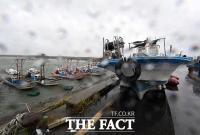 [TF포토] 태풍 '하이선' 북상, 육지로 올라온 어선들