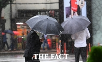 [TF사진관] 태풍 하이선 영향...'비바람 부는 출근길'