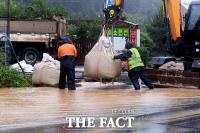 [TF포토] '도로로 범람한 빗물 차단 작업'