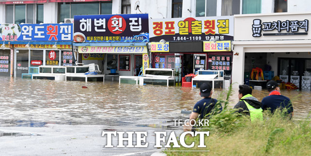 9월 7일 강원도 강릉시 강문동 진안상가에 경포호 물이 넘쳐 침수피해가 발생해 업주들이 허탈하게 바라보고 있다.