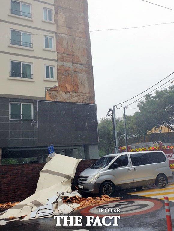8월 26일 태풍 바비의 강풍에 외벽이 무너져내린 제주시 이도2동에 있는 한 아파트. / 뉴시스
