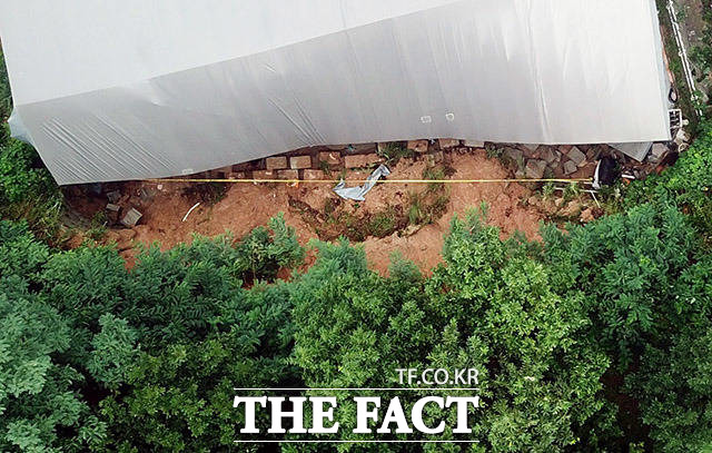 8월 3일 경기 평택시 청북읍의 한 반도체 부품 제조 공장이 야산에서 쏟아진 토사로 인해 파손돼 있다. 이 사고로 3명이 사망하고 1명이 크게 다쳤다.