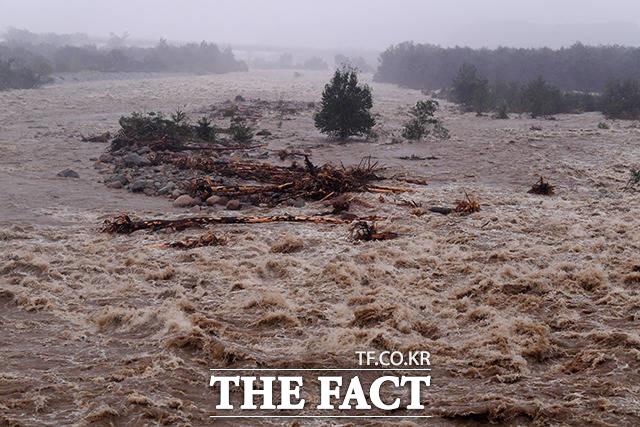 9월 7일 강원도 속초시 대포동에서 황톳빛으로 변한 쌍천이 거센 물보라를 일으키며 흐르고 있다.