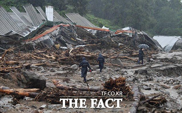 8월 2일 경기 안성시 일죽면의 한 양계장이 산사태로 처참한 모습을 보이고 있다. 이 산사태로 1명이 사망했다.