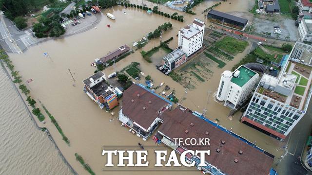 9월 7일 강원도 강릉시 강문동 진안상가에 경포호 물이 넘쳐 침수피해가 발생한 모습이 보이고 있다.