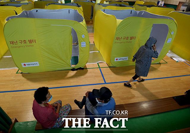 8월 6일 침수피해를 입은 강원도 철원군 동송읍 마을 주민들이 오덕초등학교 체육관에 마련된 대피소에서 휴식을 취하고 있다.