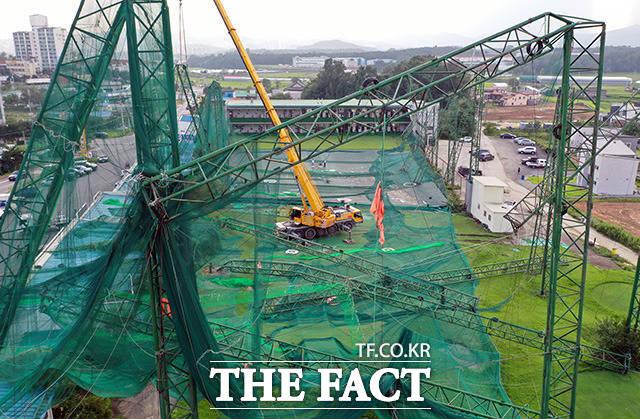 9월 3일 태풍 마이삭의 강풍에 경기도 이천시 백사면의 골프 연습장 철제 기둥이 부러지면서 그물망이 주저앉아 있다.