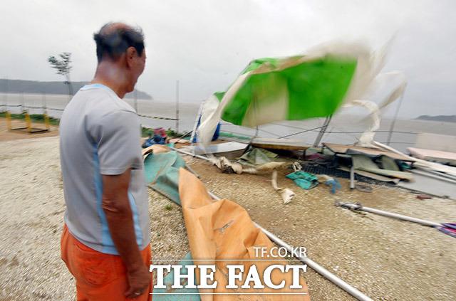 8월 27일 태풍 바비가 몰고온 강풍에 인천 중구 마시란로 일대 음식점에서 야외 천막 테이블이 바람에 쓰러져 있다.