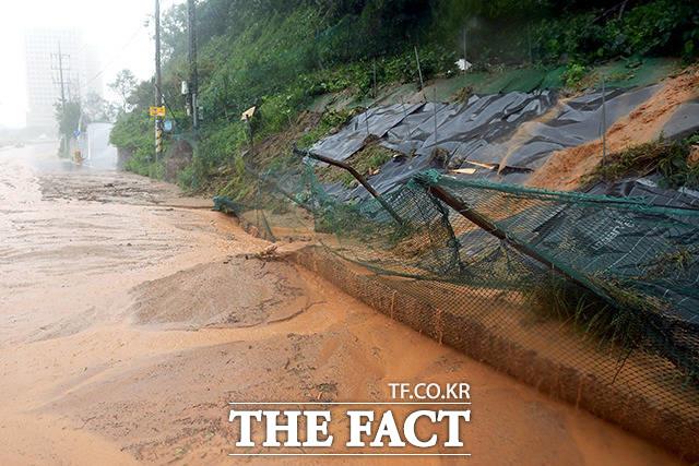9월 7일 강원도 속초시 대포항 인근 도로변 사면에 토사가 유출돼 있다.