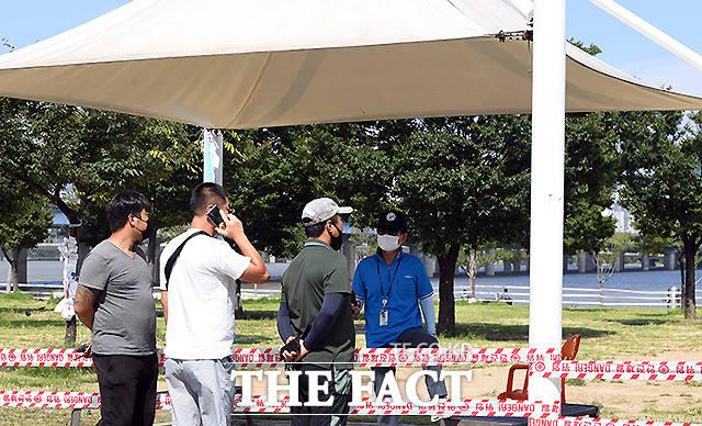 서울시가 한강공원에서 음식 배달을 자제하도록 업계에 요청했다. 8일 오후 서울 여의도 한강공원 이벤트광장의 출입이 제한되고 있다. /이새롬 기자