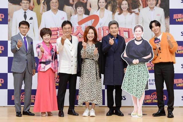 설운도 김연자 남진 주현미 진성(왼쪽부터)이 아직 빛을 보지 못한 원석 발굴에 나선다. 제작발표회에 모인 그들은 최고의 신인을 탄생시키겠다며 각오를 다졌다. /SBS 제공