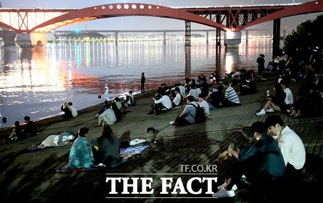 코로나19 확산을 막기 위해 사회적 거리두기 2.5단계가 시행 중인 9일 오후 서울 마포구 망원한강공원이 시민들로 북적이고 있다. /이선화 기자