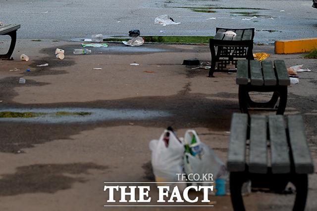 한강공원을 찾은 시민들이 버리고 간 쓰레기들까지….