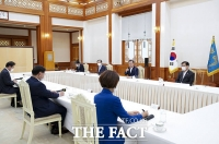 [TF사진관] 더불어민주당 지도부와 간담회 갖는 문재인 대통령