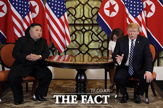 국내 전문가들은 이 내용들에 대해 개인적인 관계를 과시하려는 것으로 보이지만 이같은 이례적인 공개에 북미 간 협상에 도움이 되진 못할 것이라고 내다봤다. 제2차 하노이 북미정상회담 당시의 모습. /AP/뉴시스