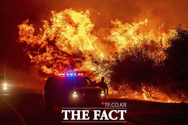 고속도로 덮친 산불.