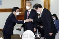 [TF포토] 주먹인사하는 박병석 의장과 이낙연 대표
