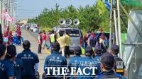 [속보] 검찰, 집회 현장서 경찰 폭행한 민노총 조합원 2명 구속영장 반려