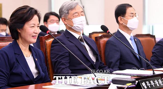 7월 27일 국회 법사위 전체회의에 참석해 미소 짓는 추미애 장관.