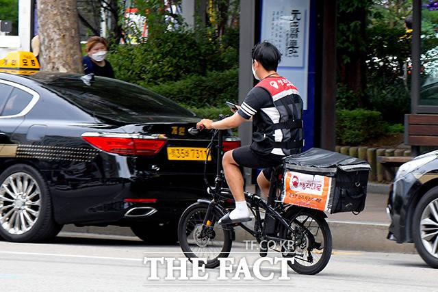 배달 수가 급증하자, 전기 자전거 라이더도 등장!