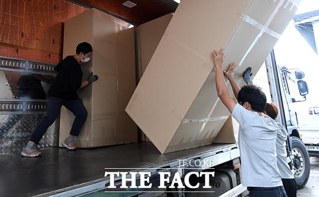 경기 광주의 한 공장에서 의뢰를 받은 김 씨가 공장 직원들과 함께 물건을 싣고 있다.