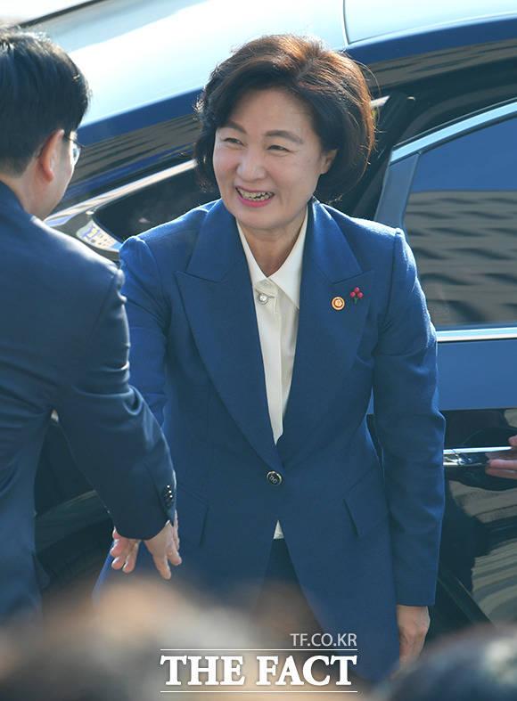 1월 3일 취임식에 참석하며 환한 미소 짓는 추미애 신임 법무부 장관.