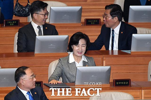 2월 18일 임시국회 본회의에 참석해 미소 짓는 추미애 장관.