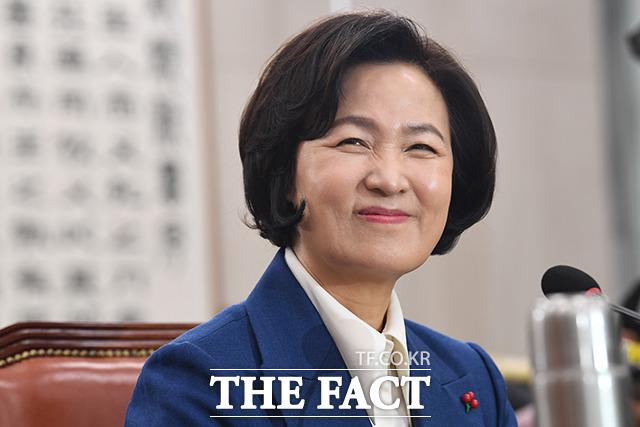 지난해 12월 30일 인사청문회를 앞두고 동료 의원들과 인사 나누며 미소짓는 추미애 법무부 장관 후보자.