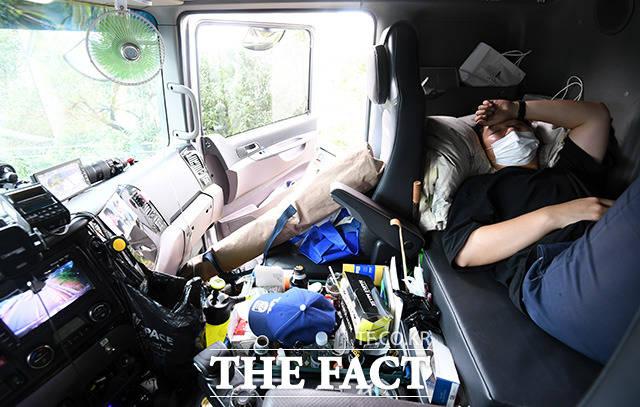 일을 구하지 못해 운전석 뒤 공간에서 쪽잠을 자는 김태은 씨.