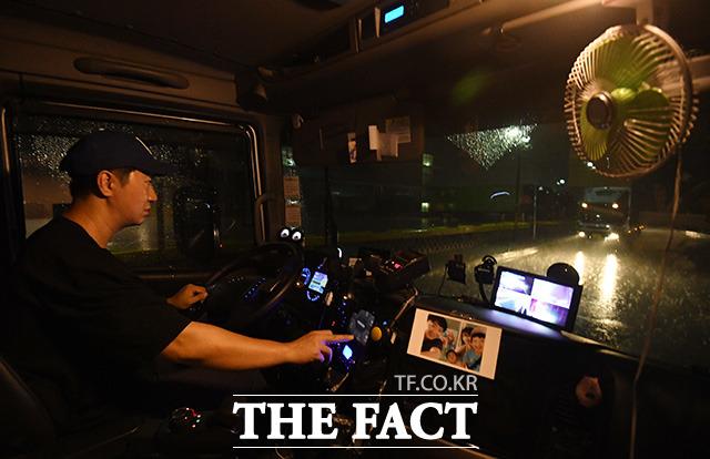 9일 새벽 2년차 화물 트럭 기사 김태은 씨가 쏟아지는 비를 뚫고 경기도 여주의 물류센터로 이동하고 있다.