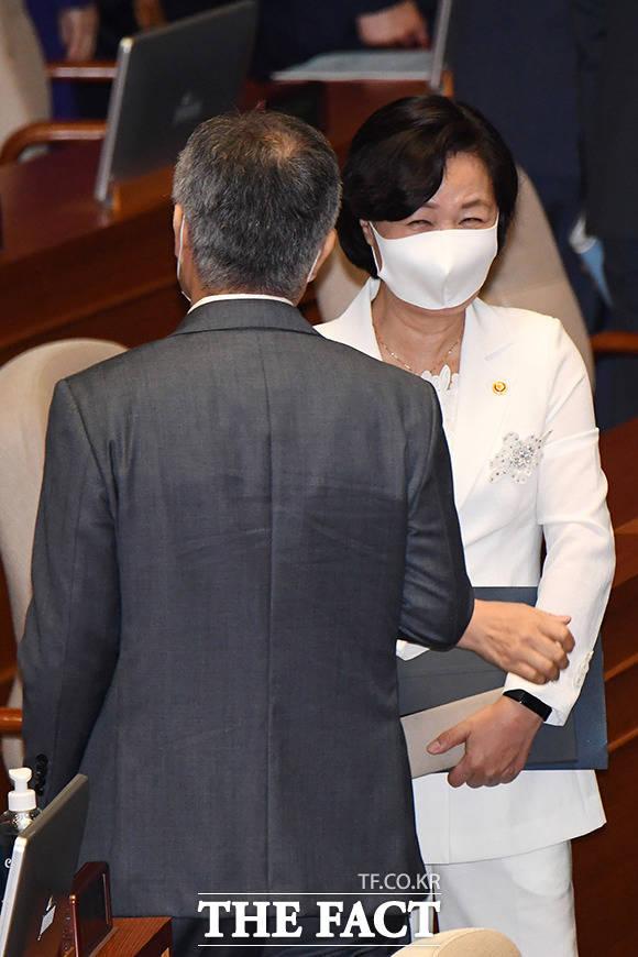 7월 20일 국회 본회의를 마치고 미소 짓는 추미애 장관.